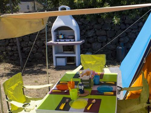 tenda attrezzata fornelli tavolo
